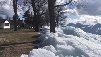 Olas de hielo se acumulan frente a hogares en Minnesota