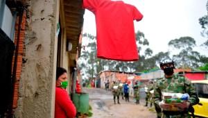 Trapos rojos, señal de hambre por covid-19 en Colombia