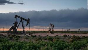 El petróleo de EE. UU. cae por debajo de US$ 11 por barril debido a que las preocupaciones por el suministro siguen agitando los mercados