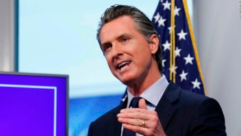 El gobernador de California describe el plan de reapertura gradual del estado