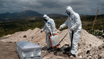 TOPSHOT - Cementery workers wearing protective gear prepare to bury an unclaimed COVID-19 coronavirus victim, at the Municipal cementery No. 13 in Tijuana, Baja California state, Mexico, on April 21, 2020. (Photo by Guillermo Arias / AFP) (Photo by GUILLERMO ARIAS/AFP via Getty Images)