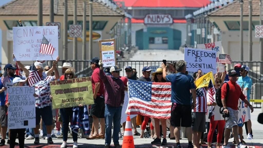 California: protestas y batalla política para reapertura
