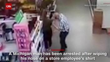 Un hombre usa camisa de empleada para limpiarse la nariz