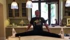 Arnold Schwarzenegger presume su gran flexibilidad