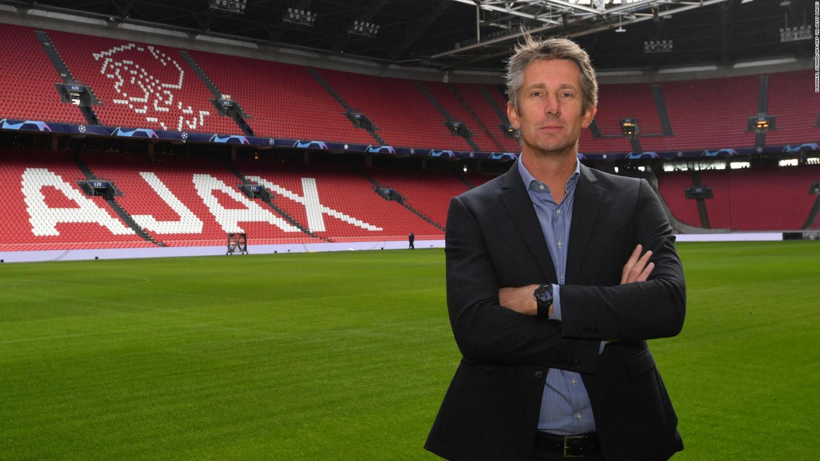 Ajax funde su trofeo de la Eredivisie para repartir pedazos a los aficionados necesitados