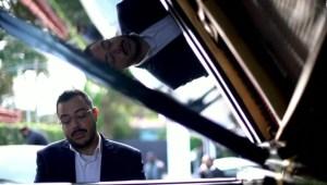 Pianista recorre Sao Paulo para celebrar el día de las madres