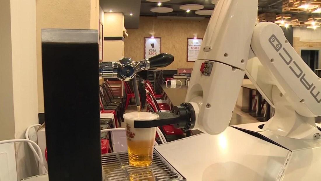 Un robot anticoronavirus sirve cervezas en España
