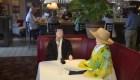 Restaurante usa muñecos inflables como clientes
