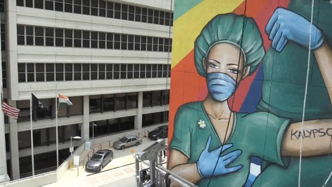 Enorme mural rinde homenaje al personal sanitario