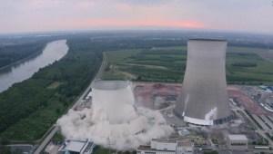 Impactante demolición de torres de planta nuclear en desuso