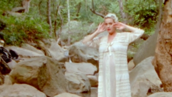 "Katy Perry luce su embarazo en el video de ""Daisies"""