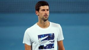 Djokovic muestra sus dotes en el baloncesto