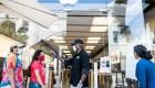 La Fed pide no apostar contra EE.UU.; Apple reabre tiendas