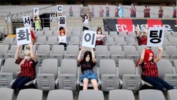 Multan a equipo coreano por poner muñecas en las gradas