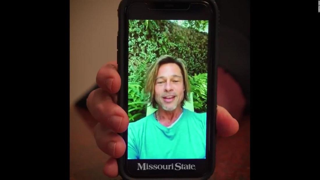 Brad Pitt sorprende a los graduados en Missouri