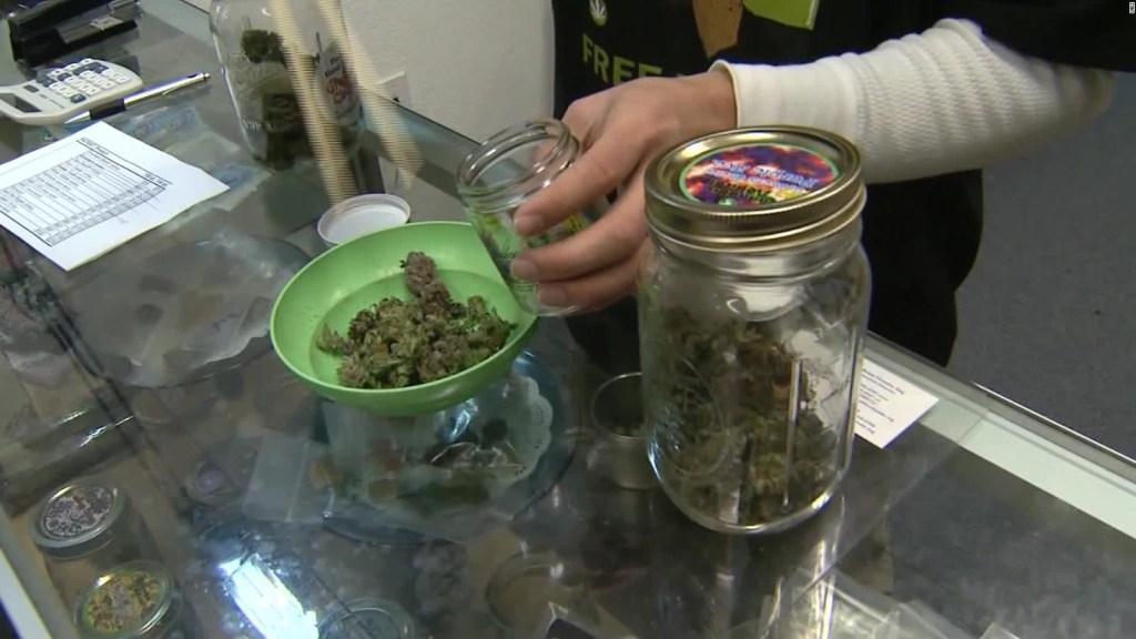 Clientes hacen largas filas para buscar órdenes de marihuana creativa