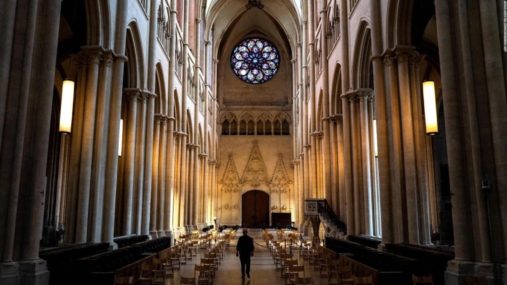 Un sacerdote anima a su comunidad con gracia y ritmo