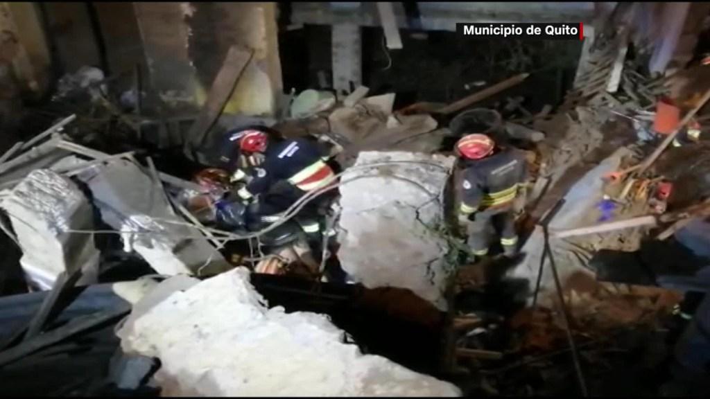 5 cosas: Rescatan a cinco personas de un derrumbe en Quito y más