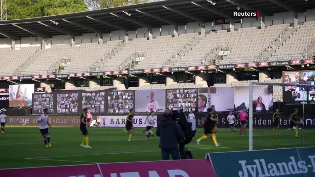 Aficionados del fútbol asisten a un juego de manera virtual