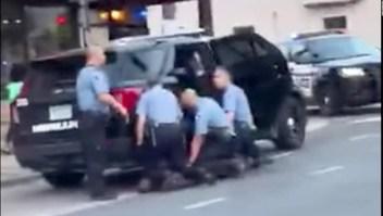 Video muestra tres policías con su rodilla sobre George Floyd