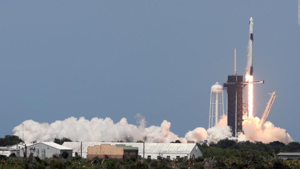 SpaceX realiza con éxito el primer vuelo espacial privado