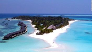 Cientos de turistas siguen varados en las Maldivas, una nación isleña conocida por sus resorts de lujo.