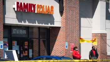 Tres familiares acusados de matar a tiros a un guardia de seguridad que le dijo a un cliente que se pusiera una máscara