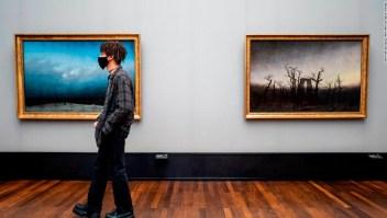Día Museos Un visitante en la Alte Nationalgalerie en Berlín, Alemania.