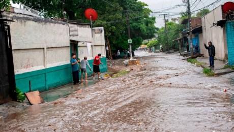 Alerta roja en El Salvador por fuertes lluvias de la tormenta tropical Amanda   CNN