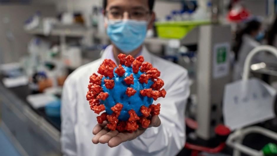 Empresa de biotecnología dice que podría tener tratamiento contra el coronavirus para el verano