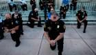 olicía y manifestantes en EE.UU. se abrazan