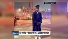 Estudiante acude a las protestas con toga y birrete