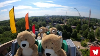 Una montaña rusa llena de osos de peluche