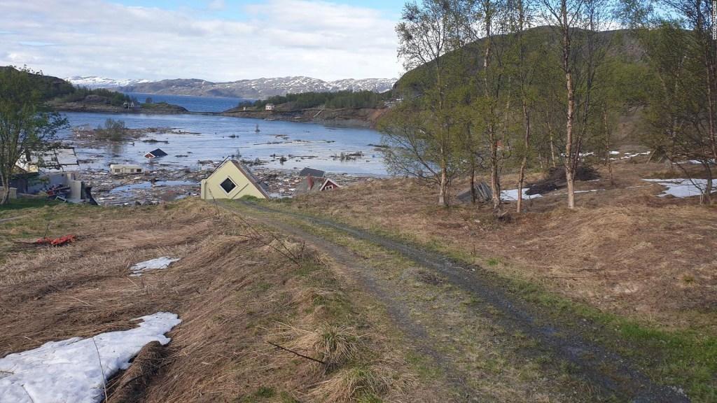 Deslizamiento de tierra lleva casas al mar en segundos