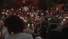 "Manifestantes cantan ""Lean on me"" en protesta"