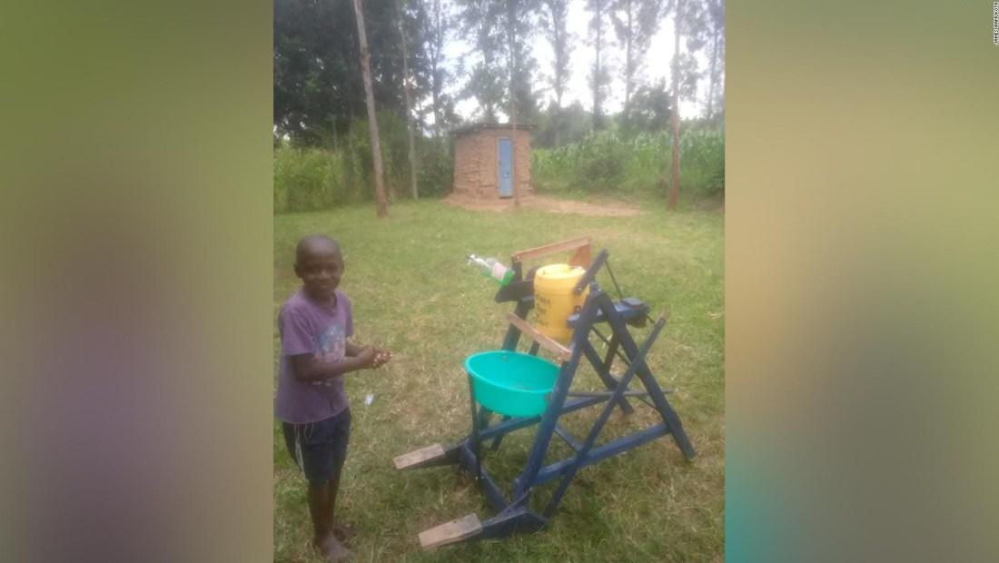 Niño construye máquina de madera para lavarse las manos