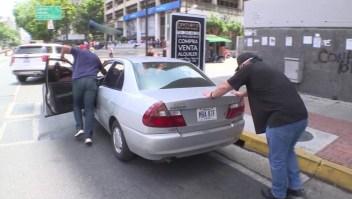 El suplicio de pagar la gasolina en dólares en Caracas
