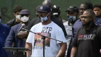 Hermano de George Floyd pide un alto a la violencia