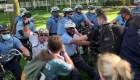 Policía le pega en la cabeza a manifestante
