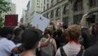 Los CDC monitorean protestas ante posibles brotes de covid-19