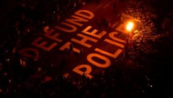 Piden quitar fondos y disolver departamentos de policía en EE.UU.