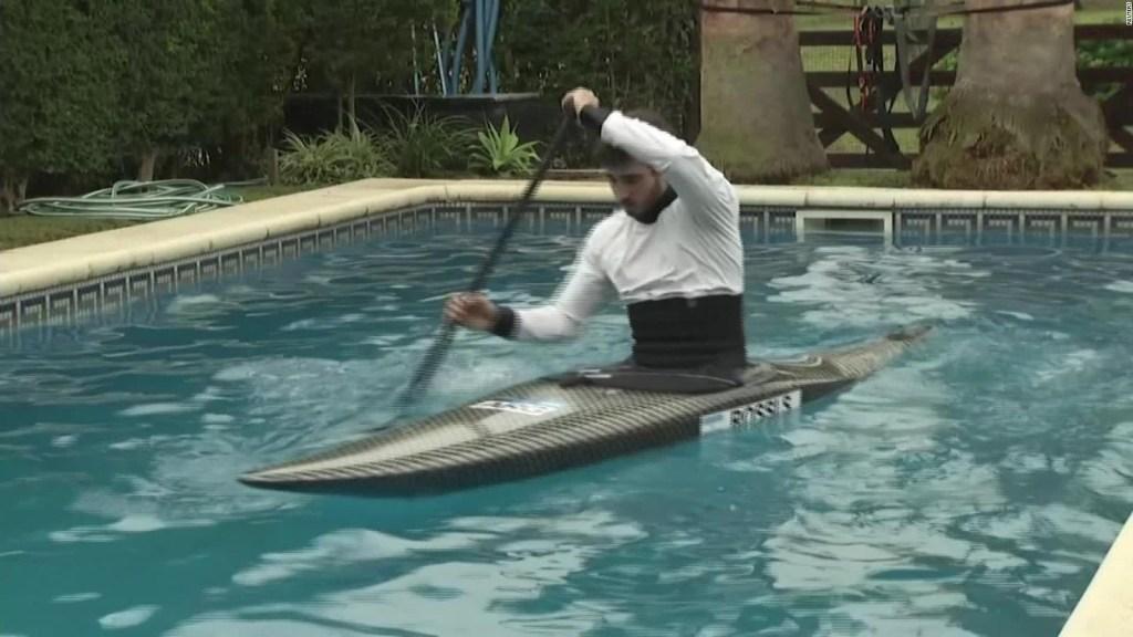 Canoísta entrena para los Juegos Olímpicos en una piscina