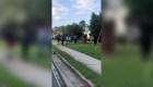 Video muestra a un policía apuntando a jóvenes negros