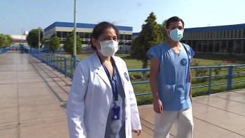 Médicos recuperados de covid-19 vuelven para salvar vidas