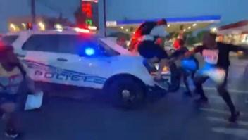 Vehículo de policía habría embestido a manifestantes