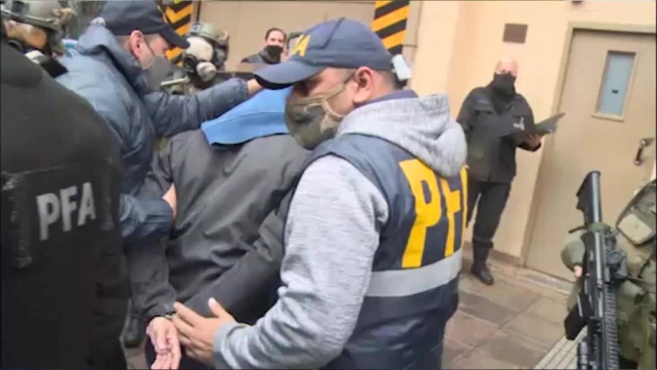 Ordenan detenciones por presunto espionaje a Cristina Fernández