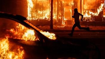 Supremacistas blancos se hacen pasar por antifa en línea pidiendo violencia