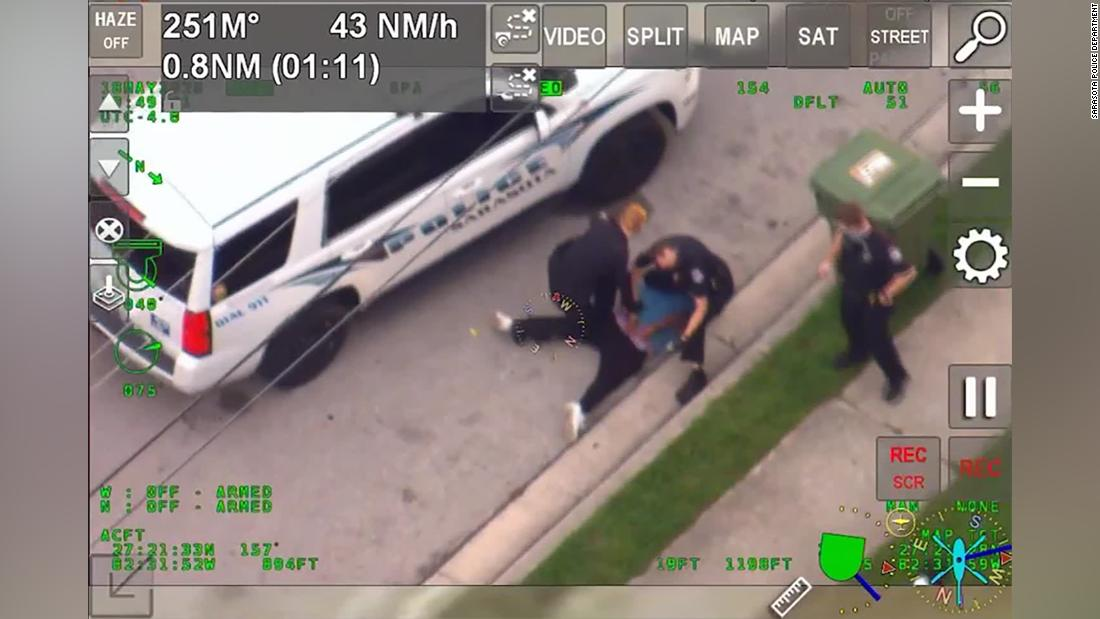 Un video graba a un policía en Florida arrodillado sobre el cuello de un hombre durante un arresto
