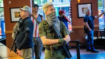 Miembros armados del movimiento Boogaloo se presentan en las protestas