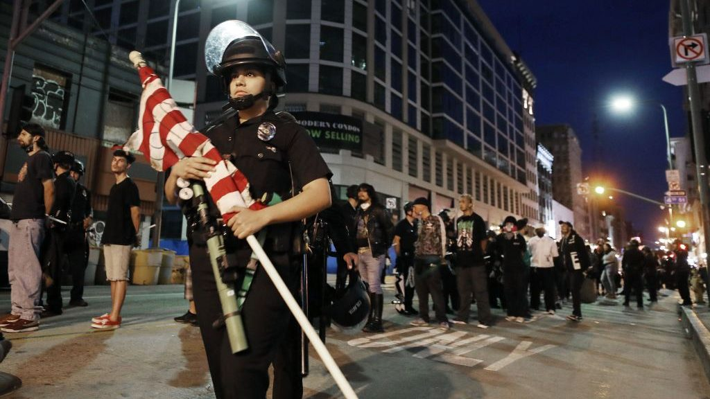 Los manifestantes desafiaron los toques de queda, pero hubo menos enfrentamientos y menos caos en una noche de protestas mayormente pacíficas